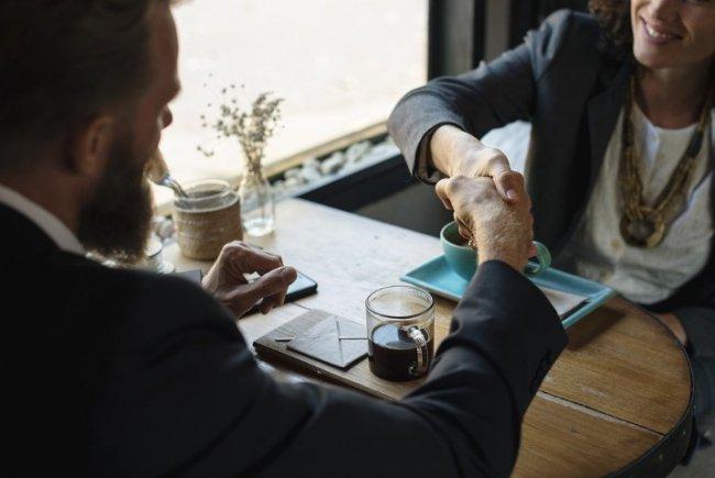 Начните встречу с простого человеческого общения, прежде чем принимать на себя социальные роли журналиста и интервьюируемого.